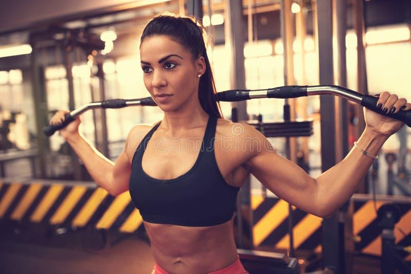 Utbildning för ung kvinna i idrottshall royaltyfria foton