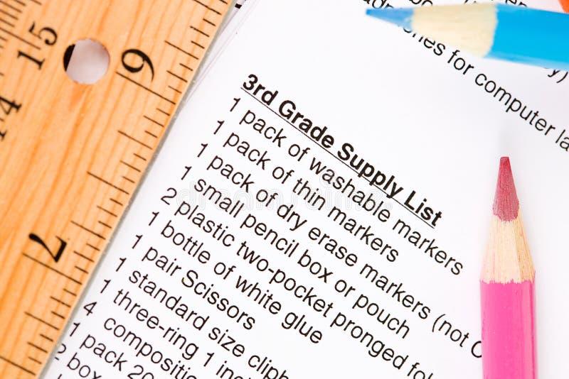 Utbildning: Lista för skolatillförsel med blyertspennor och tillförsel arkivbild