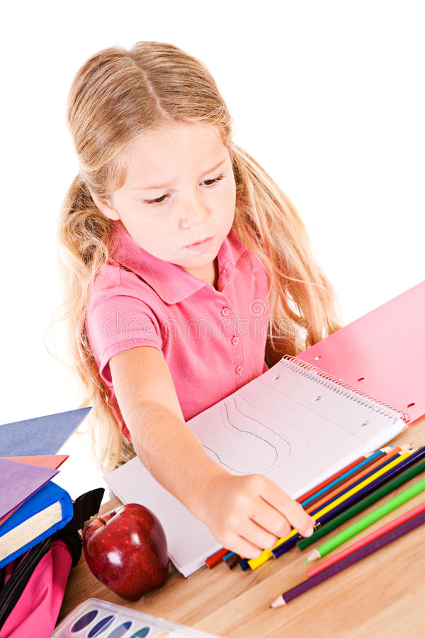 Utbildning: Liten flicka som använder färgade blyertspennor i anteckningsbok fotografering för bildbyråer