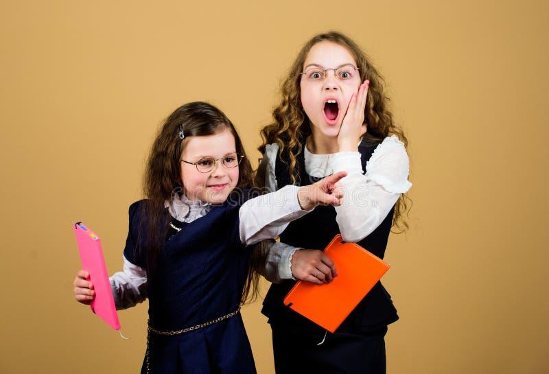 Utbildning ?r vad ?terst?r, efter man har gl?mt vad en har l?rt i skola Flickor skolar elever tillbaka skola till royaltyfri foto