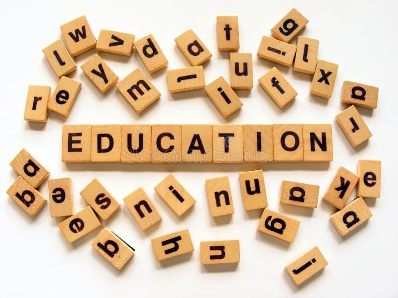 utbildning som spelling ut trätegelplattor arkivfoton
