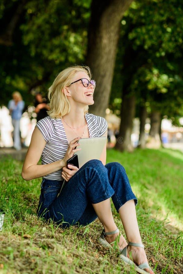 Utbildning sommar direktanslutet Bloggeren skapar inneh?llet f?r socialt n?tverk kvinnan har affär direktanslutet Reng?ringsdukko royaltyfri fotografi