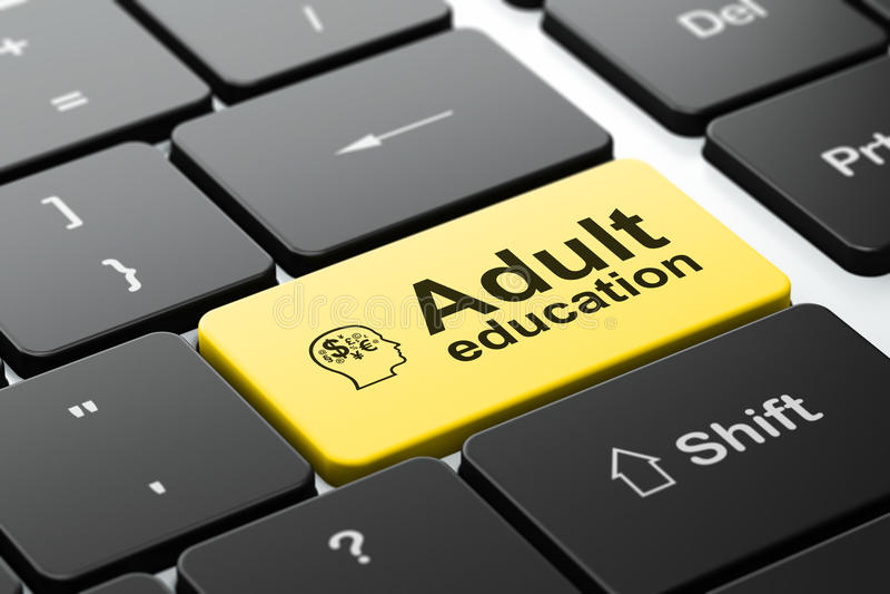 Utbildningsbegrepp: Head med finanssymbol och vuxenutbildning på bakgrund för datortangentbord arkivbild
