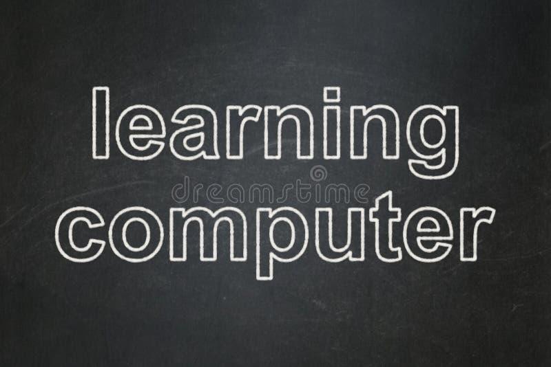 Utbildningsbegrepp: Lära datoren på svart tavlabakgrund royaltyfria bilder