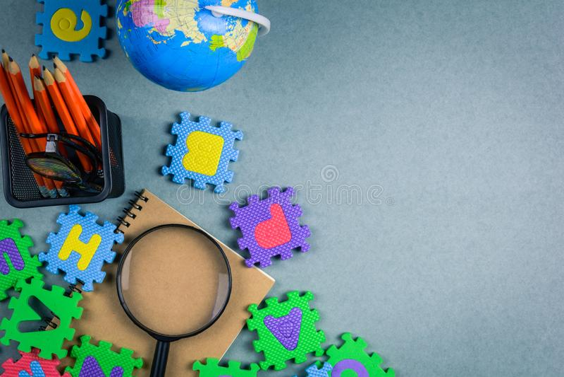 utbildningsbegrepps- och leksakstudieunge royaltyfria bilder