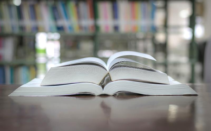 Utbildningsbokarkiv som förläggas på tabellstudien för att lära för kunskap arkivfoton