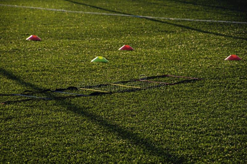 Utbildningsfotbollgrad med konstgjort grönt gräs och utbildning royaltyfri bild