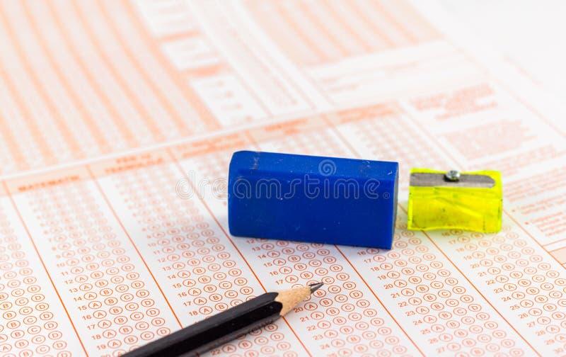 Utbildningsprovbegrepp: Den optiska formen av det standardiserade provet med svar bubblade radergummi vässare, royaltyfri foto