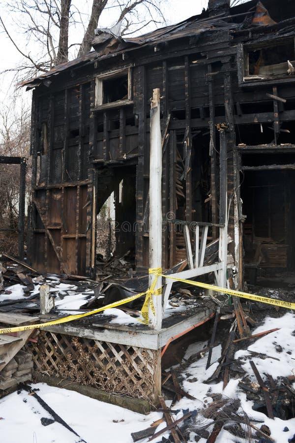 Utbränt hus arkivfoto