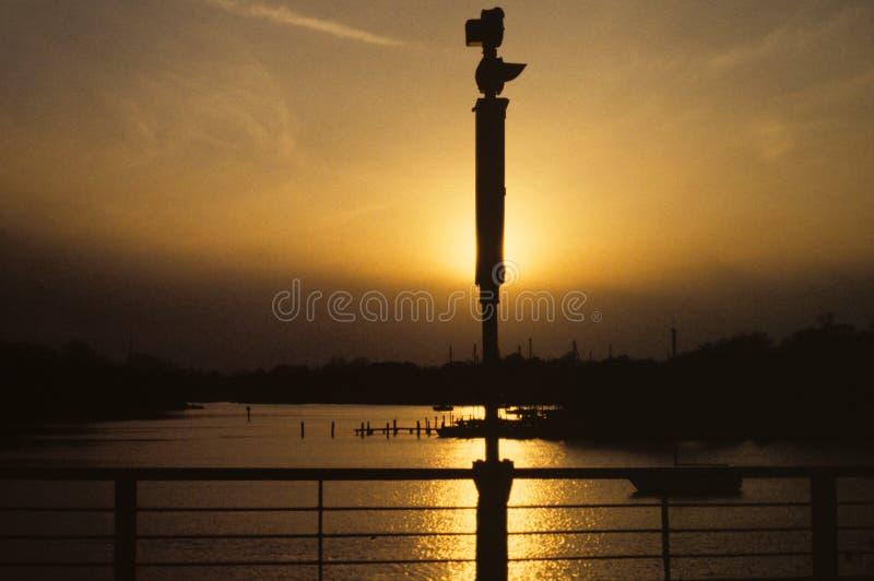 Utbredd sol för afton på hamn royaltyfri bild