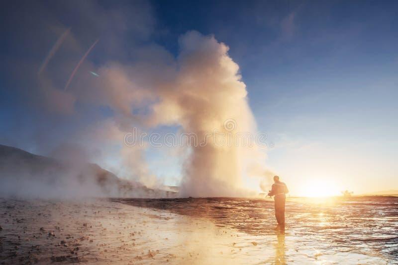 Utbrott av den Strokkur geyseren i Island Vinterförkylningfärger, solbelysning till och med ångan arkivbilder