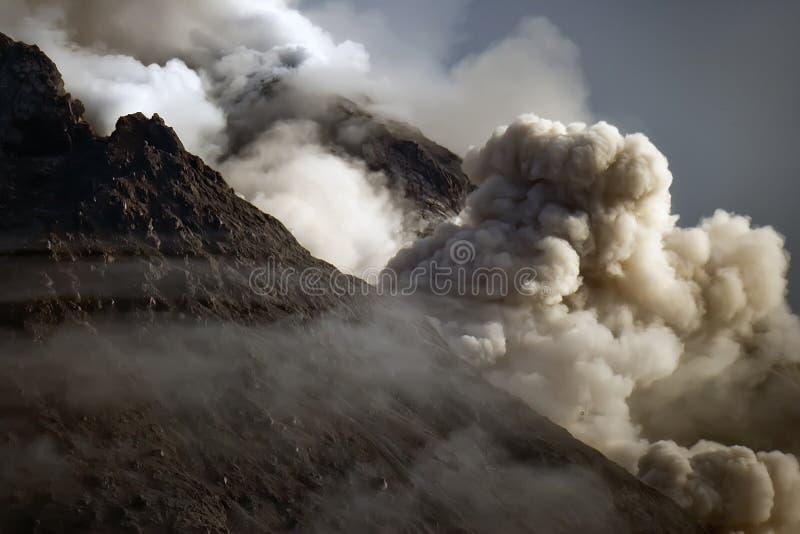 Utbrott av det Merapi berget, Yogyakarta Indonesien arkivfoton