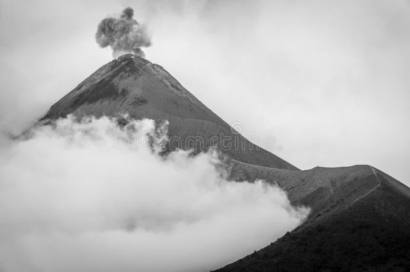 Utbrott av vulkan Fuego i svartvitt royaltyfri bild