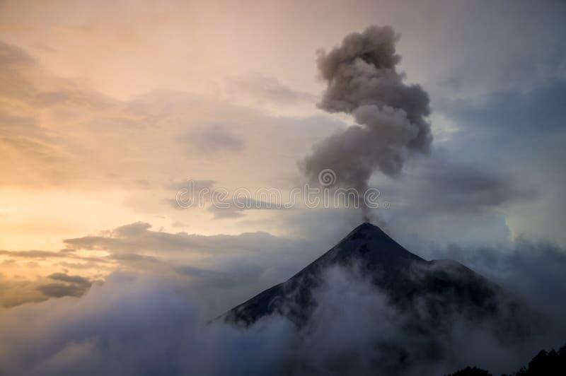 Utbrott av vulkan Fuego på solnedgången arkivfoto
