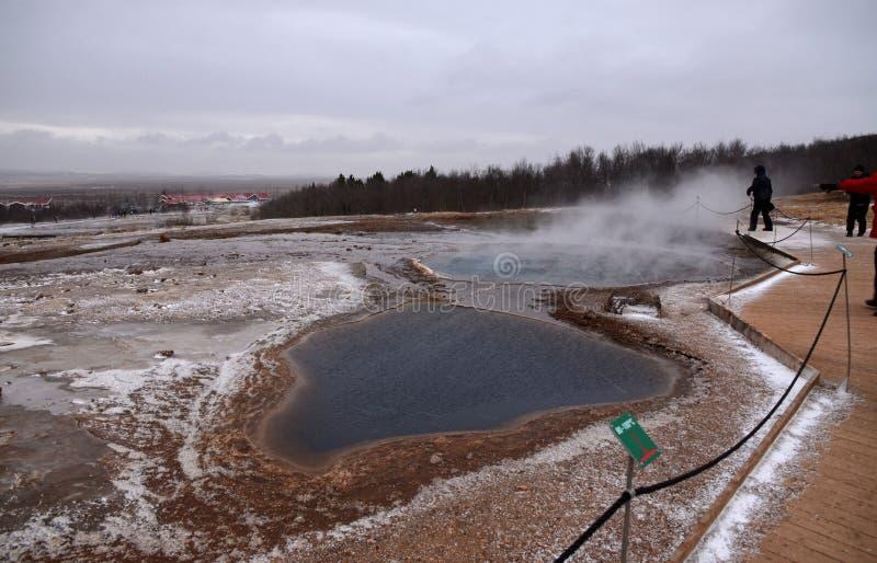 Utbrottet av den Strokkur geyseren i den sydvästliga delen av Island i ett geotermiskt område nära floden Hvitau royaltyfri bild
