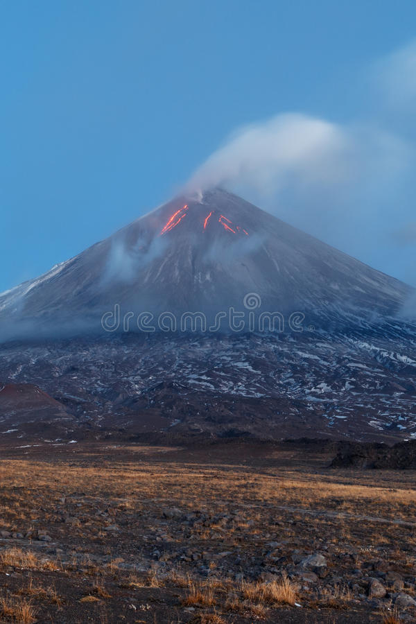 Utbrottvulkan Klyuchevskaya Sopka på den Kamchatka halvön royaltyfria foton