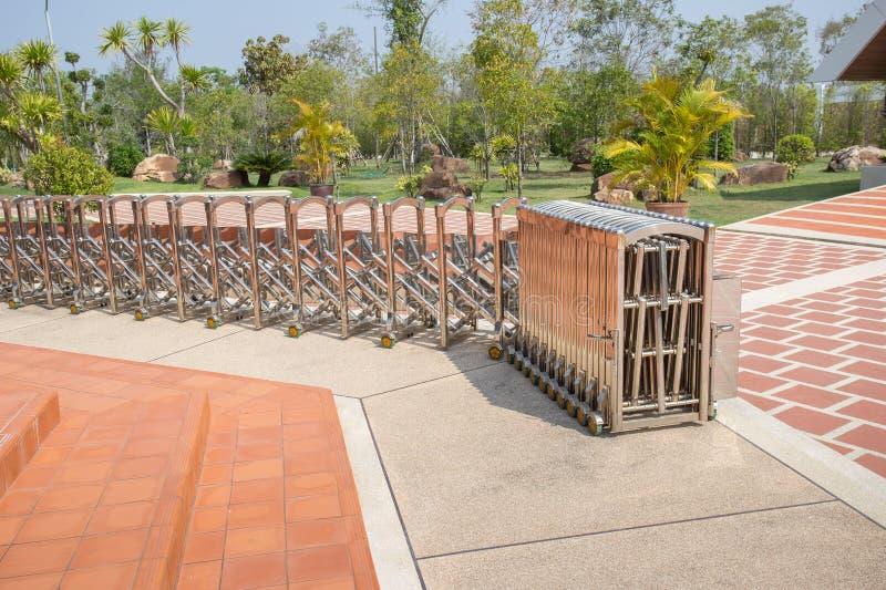 Utbyggbart stängsel av rostfritt stål royaltyfria bilder