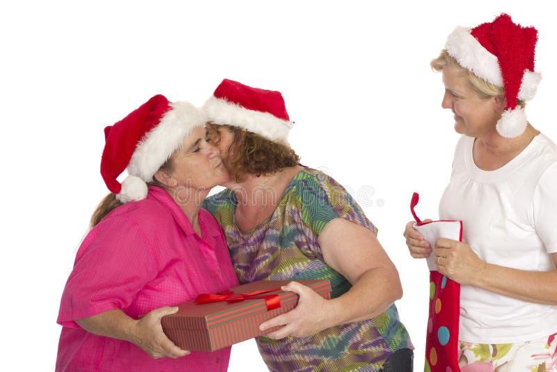 Utbyte av gåvor och av kramar för jul arkivbild