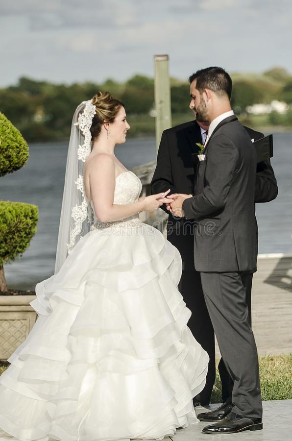Utbyte för brölloplöften med bruden och brudgummen arkivfoto