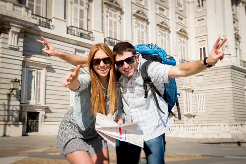 Utbyter turist- par för härliga vänner på feriestudenter turismbegrepp fotografering för bildbyråer