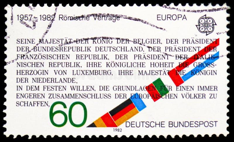 Utdrag från romfördraget som instiftar EEG, 1957 och flaggor, Europa C E P T 1982 - Historisk händelseserie, circa 1982 arkivfoto