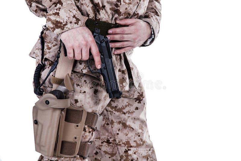 Utdragning av pistolen royaltyfri foto