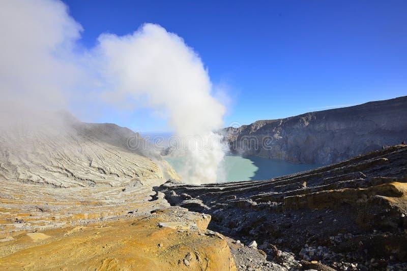 Utdragning av sulphur inom den Kawah Ijen kraterIndonesien naturen, Sc arkivfoton