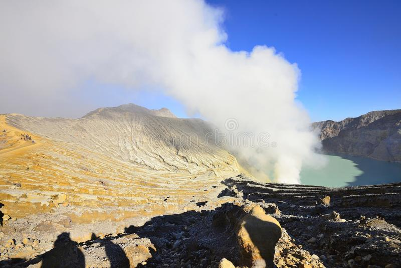 Utdragning av sulphur inom den Kawah Ijen kraterIndonesien naturen, Sc fotografering för bildbyråer