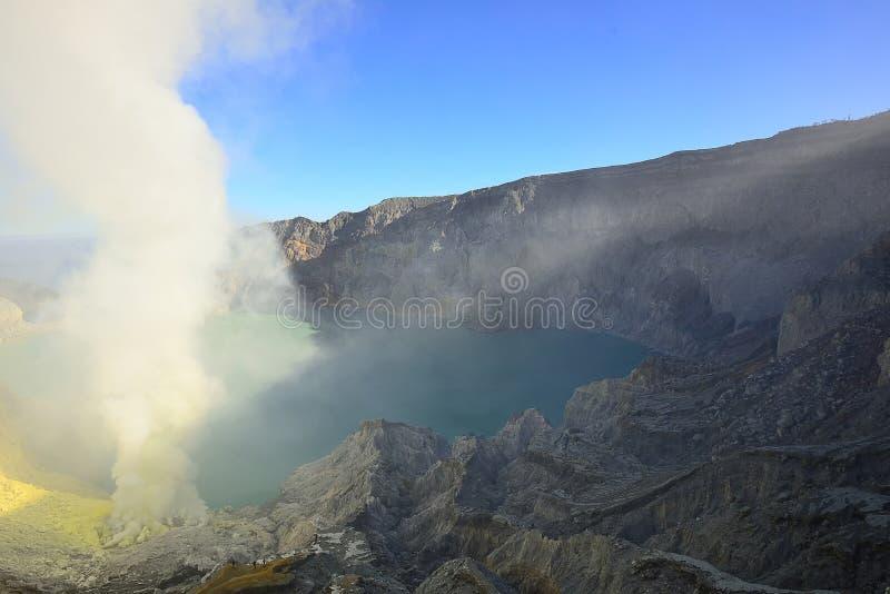 Utdragning av sulphur inom den Kawah Ijen kraterIndonesien naturen, Sc royaltyfri fotografi