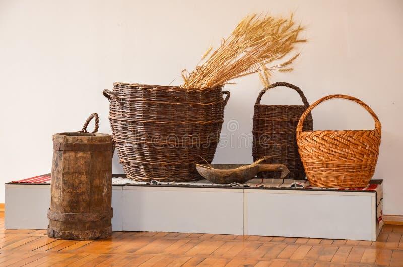 Utensílios agrícolas para colher e armazenar colheitas fotos de stock