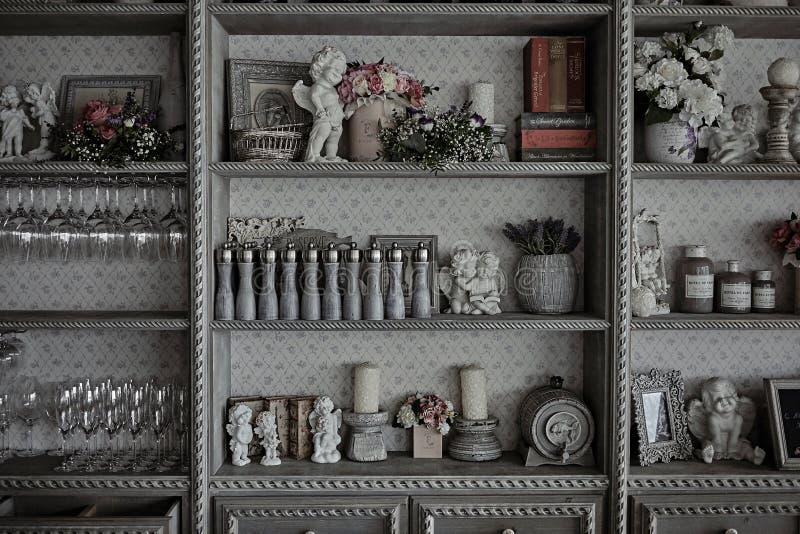 Utensílios da cozinha em um armário do vintage em um restaurante imagem de stock