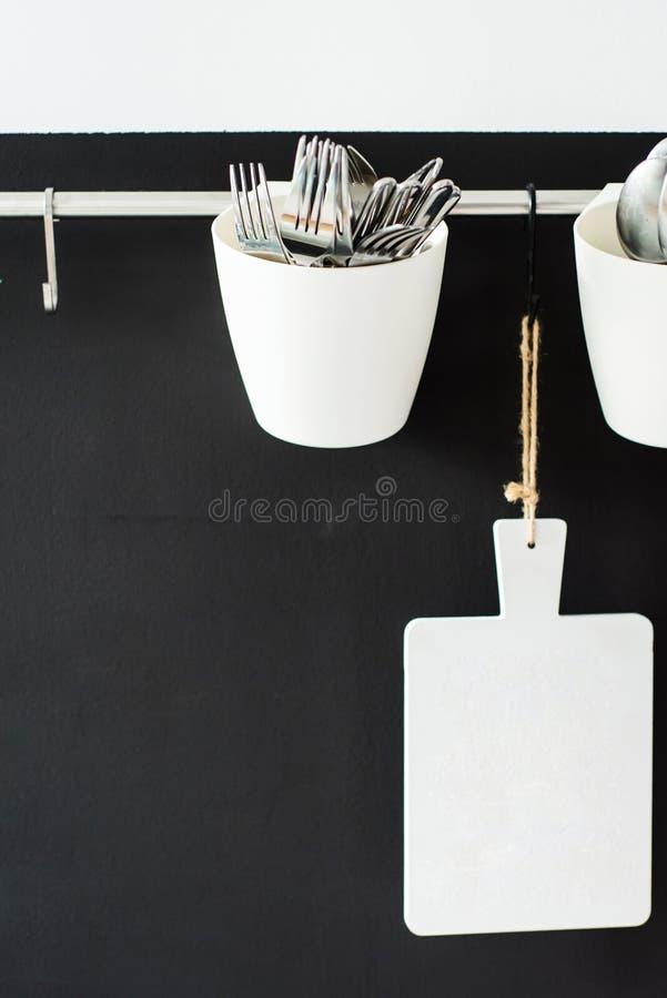Utensílios da cozinha que penduram em uma parede fotos de stock royalty free