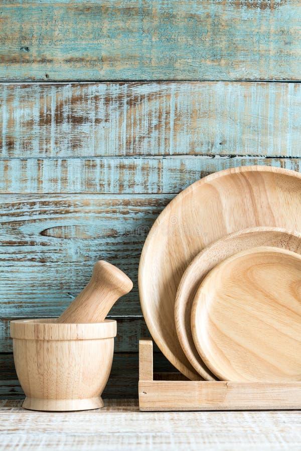 Utensílios de cozimento da cozinha no armazenamento no fundo de madeira fotografia de stock
