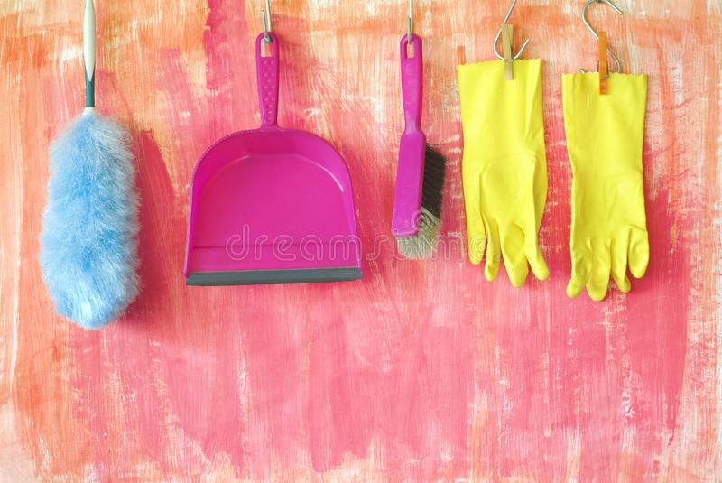 Utensílios de limpeza, mão-escova, espanador da pena, luvas de borracha, conceito da limpeza de dados imagem de stock royalty free