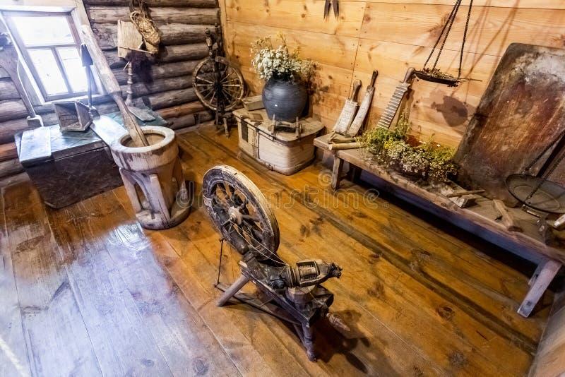 Utensílios de madeira da casa do vintage na casa rural imagens de stock royalty free