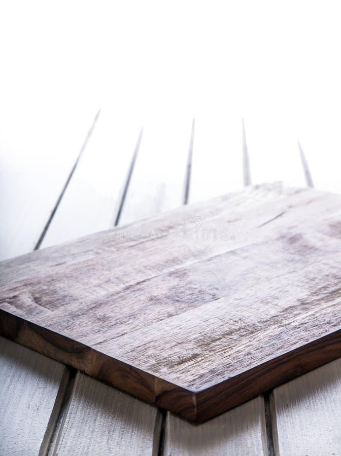 Utensílios de madeira da cozinha na placa Placa de madeira vazia na tabela For Your Information do espaço livre imagens de stock royalty free