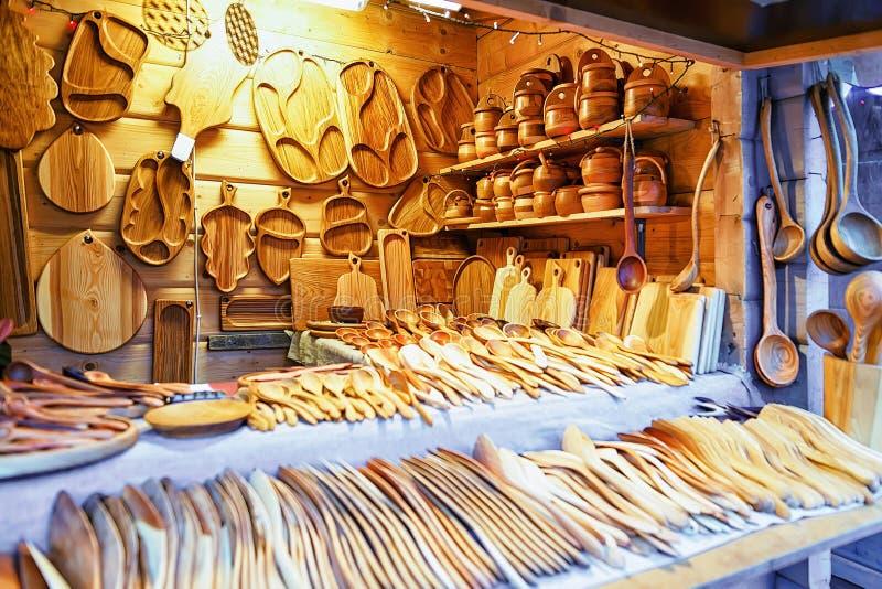 Utensílios de madeira da cozinha no mercado do Natal de Riga imagem de stock royalty free
