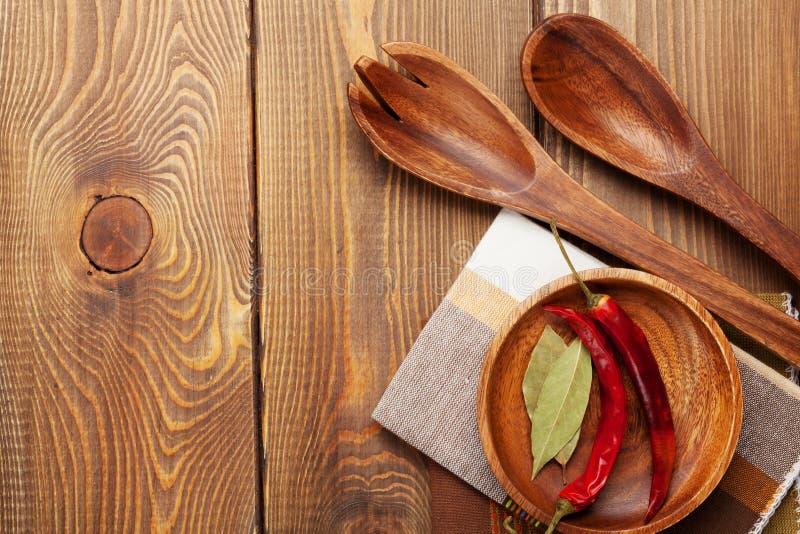 Utensílios de madeira da cozinha sobre o fundo de madeira da tabela imagens de stock