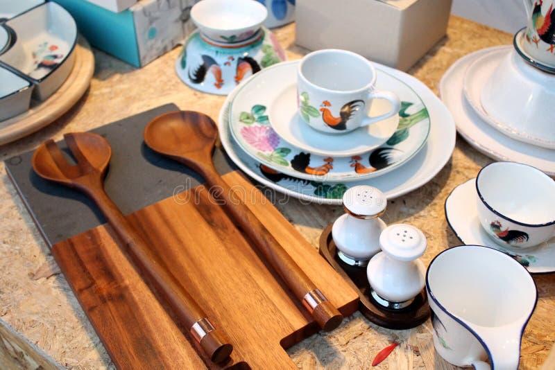 Utensílios de mesa ajustados do estilo asiático da cerâmica e do clássico da carpintaria foto de stock royalty free