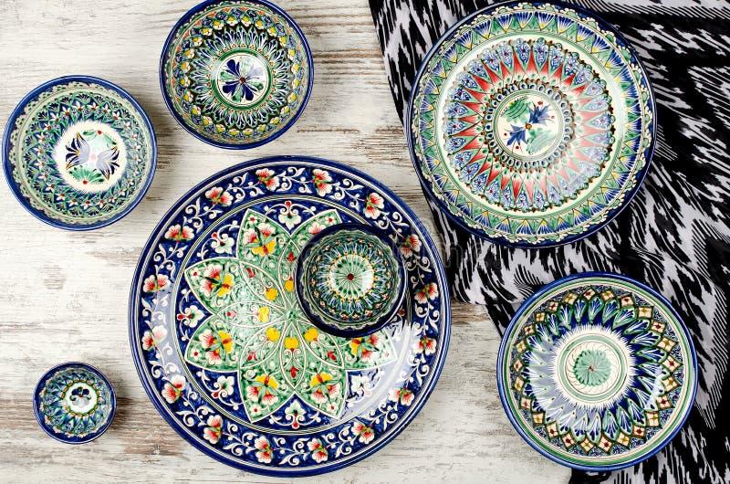 Utensílios de mesa cerâmicos do Uzbeque étnico fotos de stock