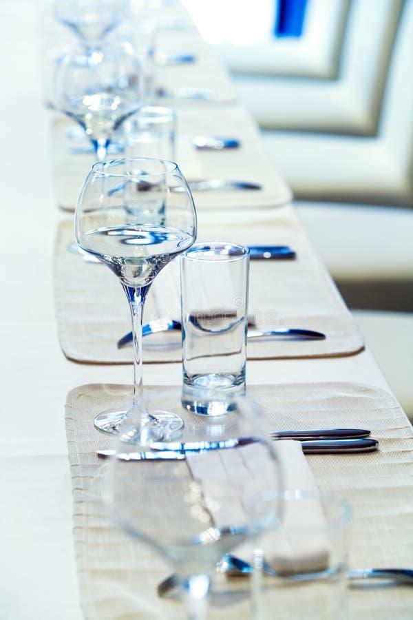 Utensílios de mesa e vidros fotografia de stock