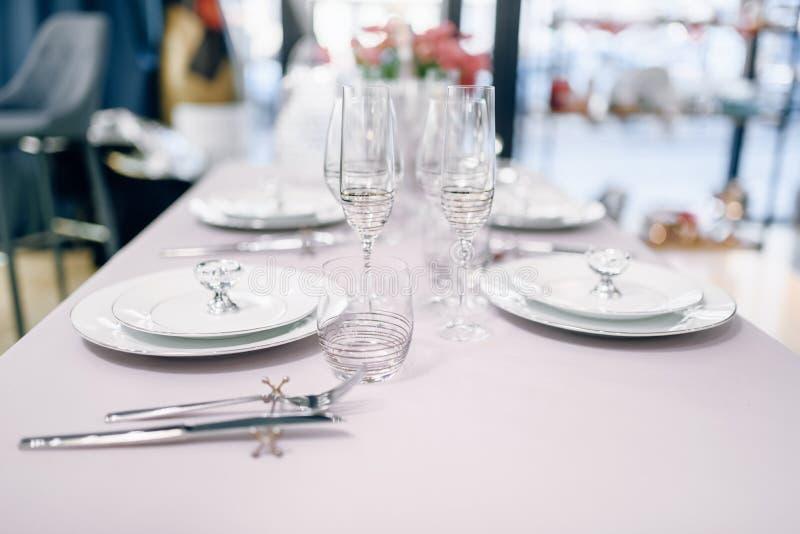 Utensílios de mesa vazios, tabela que ajusta-se, ninguém imagens de stock royalty free