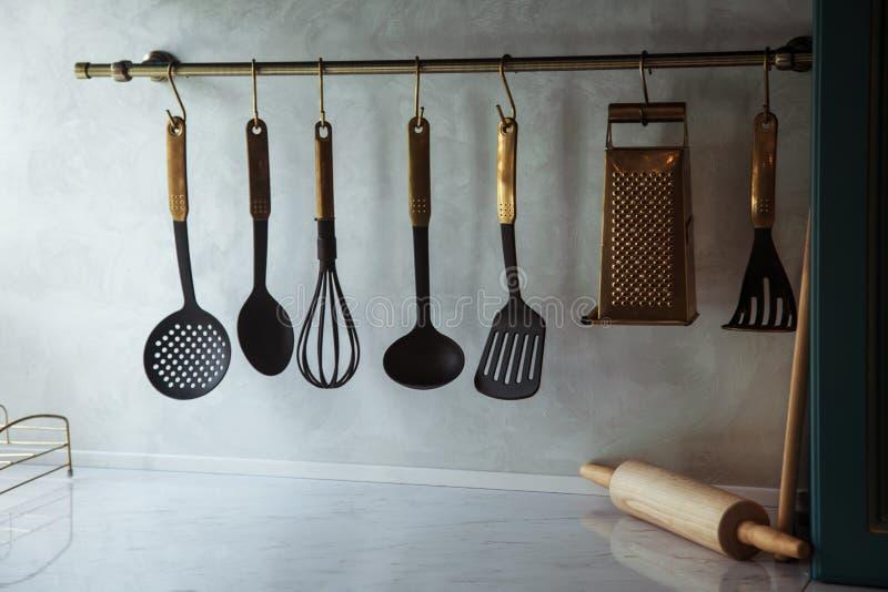 Utensílios de suspensão da cozinha imagens de stock royalty free