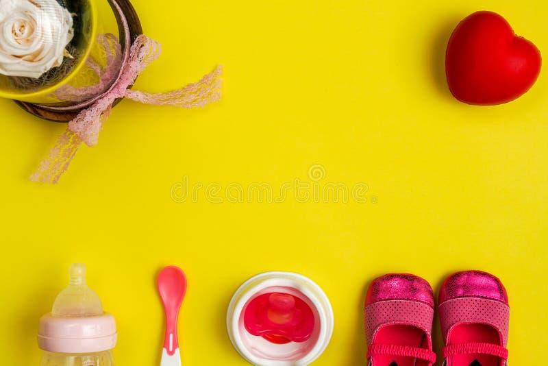 Utensílios e sapatas de bebê de alimentação, com espaço da cópia imagem de stock royalty free