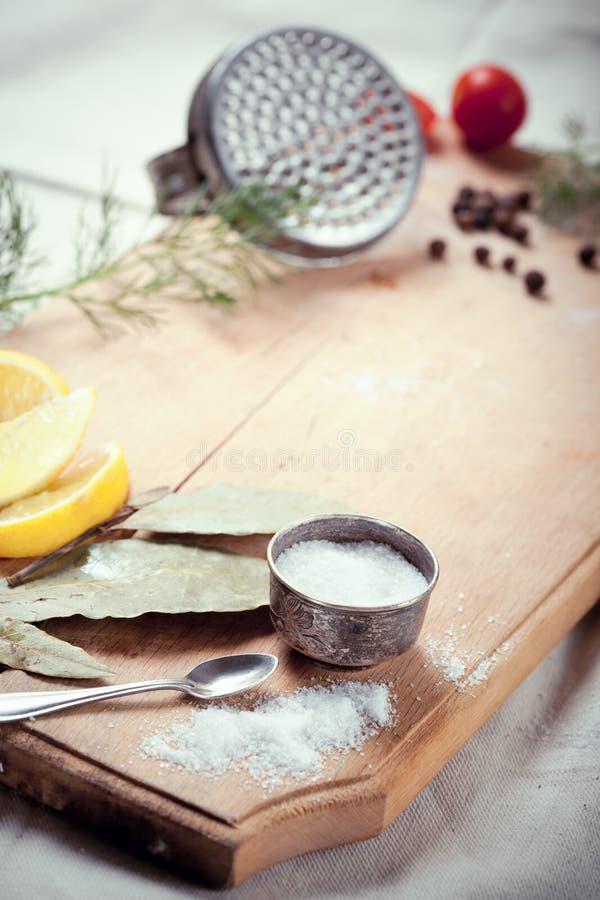 Utensílios, especiarias e ervas da cozinha para cozinhar peixes foto de stock