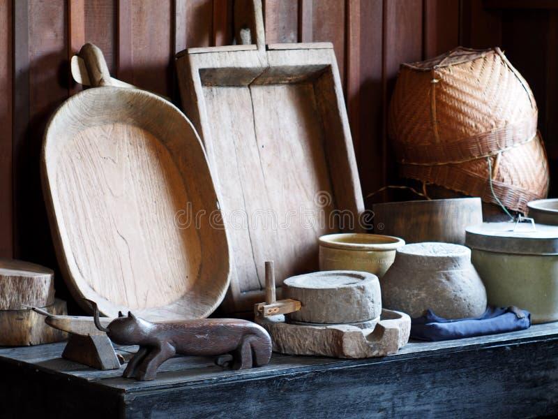 Utensílios TAILANDESES da cozinha do estilo retro primitivo do vintage fotos de stock