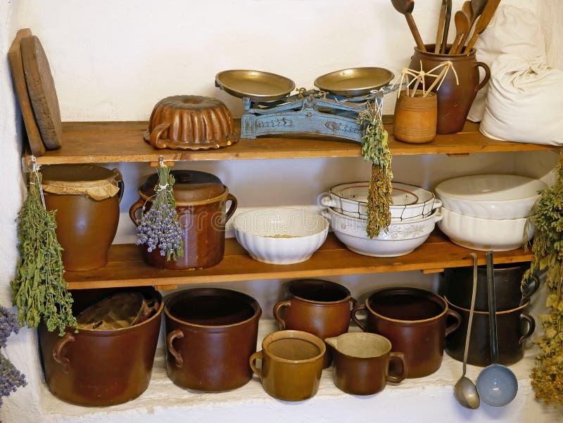 Utensílios velhos da cozinha, canecas, bacias, escalas da cozinha fotos de stock royalty free
