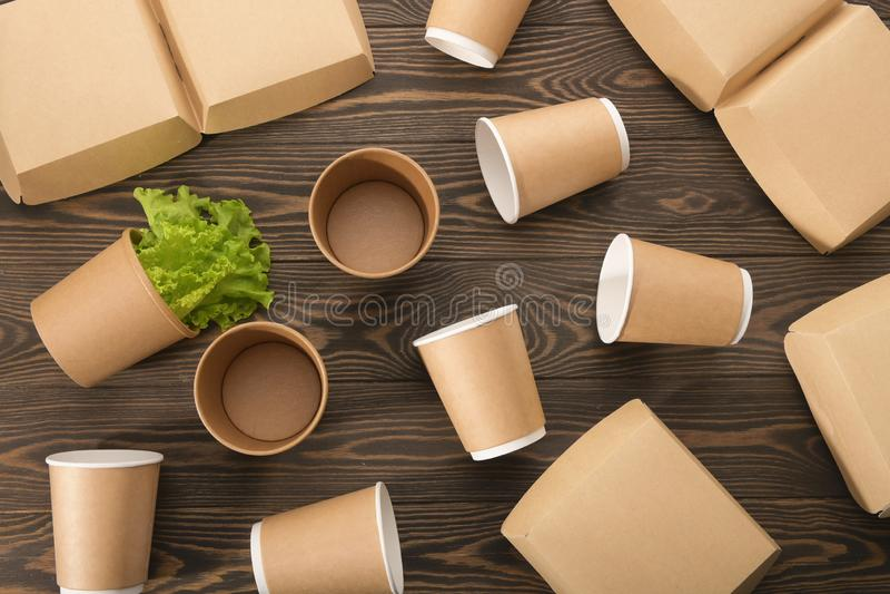 Utens?lios de mesa biodegrad?veis e verdes no fundo de madeira Processamento secund?rio O conceito de zero desperd?cios imagem de stock