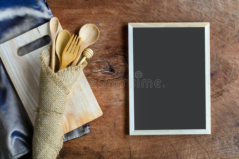 Download Utensile Di Legno In Cucina Su Vecchio Fondo Di Legno Immagine Stock - Immagine di utensile, vuoto: 56891423
