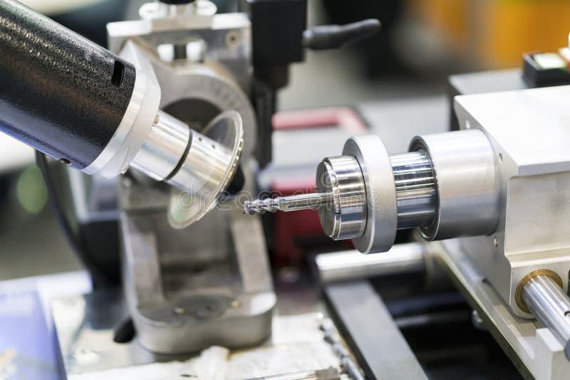 Utensile per il taglio del carburo di alta precisione che frantuma dalla macchina per la frantumazione automatica di CNC immagini stock